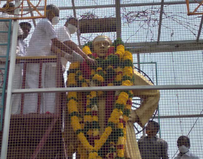 Mr Karti P Chidambaram, MP, Sivaganga, garlanded and honoured the statue of Muthuramalingam Thevar, on account of Muthuramalinga Thevar Jayanthi and Guru Poojai on 30.10.2020