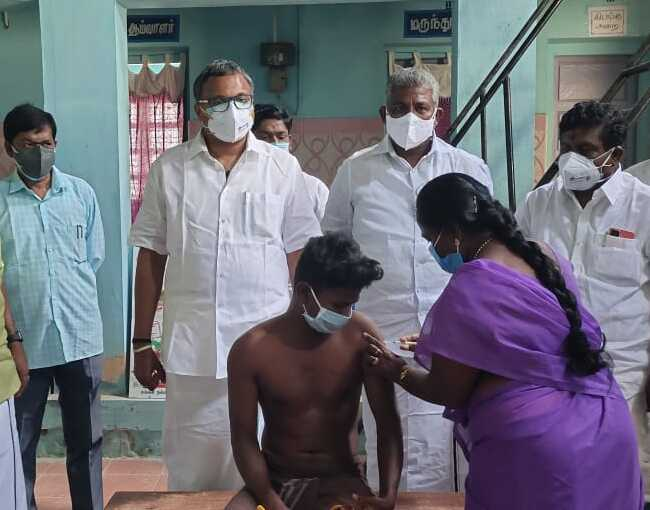 Mr Karti P Chidambaram, MP, Sivaganga, along with Karaikudi MLA, Mr Mangudi, visited the UPHC in Kulamangalam village in Devakottai on 27.05.2021 and discussed with the doctors at the centre regarding the Covid treatment related activities and the vaccination drive being conducted at the centre.