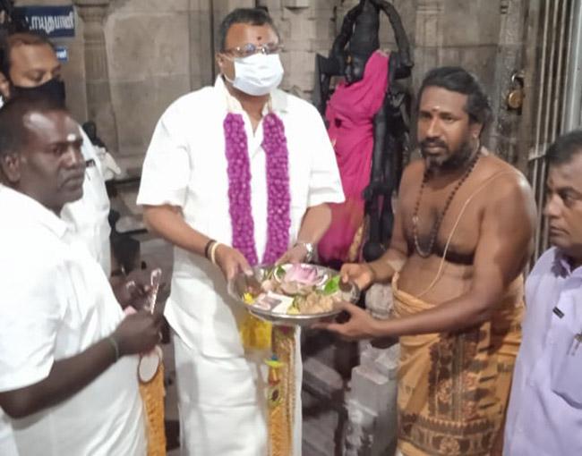 Mr Karti P Chidambaram, MP, Sivaganga, while visiting Inootreeswarar Temple in Mathur for darshan on 31.03.2021