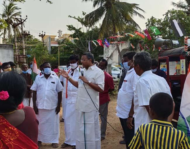 Mr Karti P Chidambaram, MP, Sivaganga, while campaigning for the Congress MLA Candidate from Karaikudi Assembly, Thiru Mangudi, in Anna Salai region in Devakottai on 04.04.2021