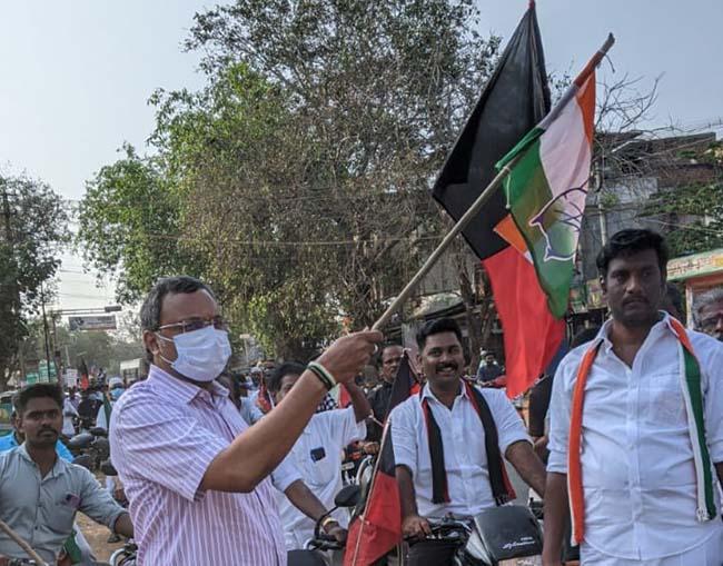 Mr Karti P Chidambaram, MP, Sivaganga, while campaigning for the Congress MLA Candidate from Karaikudi Assembly, Thiru Mangudi, inaugurated the two-wheeler rally at Devakottai on 02.04.2021