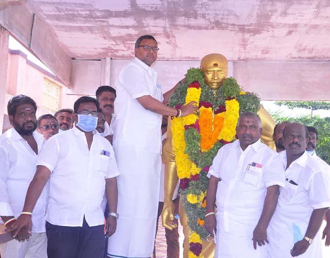 Mr Karti P Chidambaram, MP, Sivaganga, along with Karaikudi MLA, Mr S Mangudi, garlanded the statue of Perunthalaivar Thiru Kamarajar in Karaikudi, on account of Kamarajar's birthday on 15.07.2021.