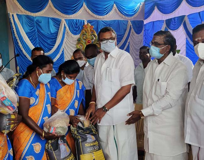 Mr Karti P Chidambaram, MP, Sivaganga, on behalf of Sri Meentachi Sundareswarar Higher Secondary School, Keelaseevalpatti, distributed essential items to the frontline workers employed with Keelaseevalpatti Panchayat on 14.07.2021